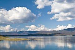 Jeziorny Granby z ładnym bielem chmurnieje w niebieskim niebie, Kolorado, usa fotografia royalty free
