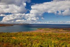 Jeziorny Huron przy przylądka Croker jesieni spadku Lasowych drzew krajobrazem Obrazy Stock