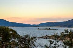 Jeziorny Jindabyne foreshore przy półmrokiem w Australia Obraz Stock