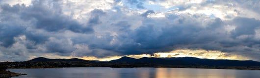 Jeziorny Jindabyne zmierzch na chmurzącym, chmurnym dniu, Obrazy Stock