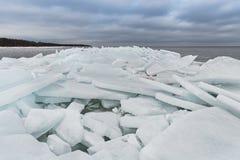 Jeziorny Ladoga w zimie Lodowi bloki Obrazy Royalty Free