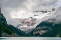 JEZIORNY LOUISE, ALBERTA/CANADA - SIERPIEŃ 9: Góry otacza L Obraz Royalty Free