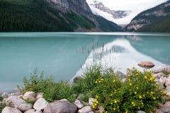 JEZIORNY LOUISE, ALBERTA/CANADA - SIERPIEŃ 9: Widok Jeziorny Louise dalej Obraz Royalty Free