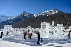 JEZIORNY LOUISE KANADA, LUTY, - 18 2019: Ludzie cieszy się zimę outdoors na zamarzniętym Jeziornym Louise, Alberta, Kanada obrazy stock