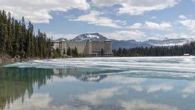 Jeziorny Louise pokazuje imponująco Fairmont hotel zdjęcie stock