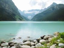 Jeziorny Lousie - Skalisty koszt z mountian tła inkl Bezpłatny sp zdjęcia stock