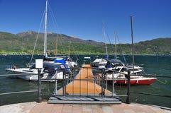 Jeziorny Maggiore, Włochy. Żeglowanie łodzi molo zdjęcie stock
