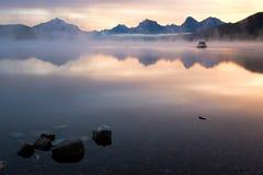 JEZIORNY MCDONALD, MONTANA/USA - WRZESIEŃ 21: Łodzie cumować w jeziorze Obraz Stock