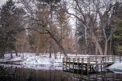 Jeziorny molo w zimie na małym stawie w Wisconsin Obrazy Stock