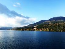 Jeziorny niebo góry chmury światło słoneczne fotografia royalty free