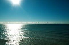 Jeziorny Ontario z błękitne wody, niebieskim niebem, chmurami na horyzoncie i słońcem, Zdjęcia Stock