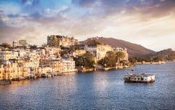 Jeziorny Pichola i miasta pałac w India zdjęcie royalty free