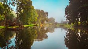 Jeziorny pobliski las, spadku krajobraz obrazy royalty free