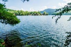 Jeziorny santeetlah w wielkich dymiących górach nc obraz royalty free