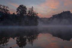 Jeziorny Santeetlah z ciemną mgłą Fotografia Stock