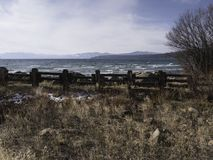 Jeziorny Tahoe na zimnym wietrznym opóźnionym jesień dniu Fotografia Royalty Free