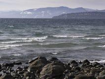 Jeziorny Tahoe na zimnym wietrznym opóźnionym jesień dniu Zdjęcia Stock