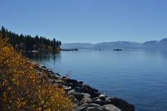 Jeziorny Tahoe z niebieskiego nieba i góry granią Fotografia Royalty Free
