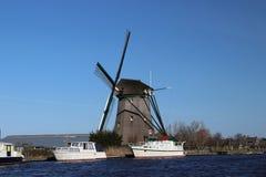 jeziorny teren Oude Ade w terenie Północny Holandia z wiatraczkiem zdjęcie royalty free