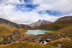 Jeziorny Teshik-Kul Wysokość w górach Kirgistan Obraz Stock