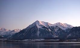 Jeziorny Thun i halny Niesen zdjęcie royalty free