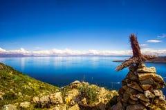 Jeziorny Titicaca i krzyż od isla De Zol w Boliwia obraz stock