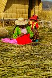 Jeziorny Titicaca, kobieta dzia na bambusowej podłoga w Uros wyspie, Peru zdjęcie stock