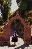 Jeziorny Titicaca Peru/15th Wrzesień 2013/A kobiety lokalny mieszkaniec zdjęcia royalty free