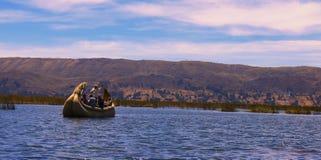 Jeziorny Titicaca, Peru/14th Wrzesień 2013/Tourists bierze krótkiego tr zdjęcie royalty free