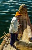 Jeziorny Titicaca, Uros wyspa, obsługuje uśmiecha się, Peru fotografia royalty free