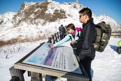 Jeziorny Toya, Japonia, Styczeń 27, 2018: Góra Usu lub Usuzan jest popul Obraz Royalty Free