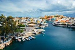 Jeziorny Voulismeni w Agios Nikolaos, malowniczy miasteczko przybrzeżne z kolorowymi budynkami wokoło portu Zdjęcie Royalty Free