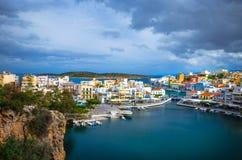 Jeziorny Voulismeni w Agios Nikolaos, malowniczy miasteczko przybrzeżne z kolorowymi budynkami wokoło portu Zdjęcia Stock