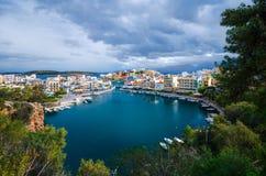 Jeziorny Voulismeni w Agios Nikolaos, malowniczy miasteczko przybrzeżne z kolorowymi budynkami wokoło portu Zdjęcie Stock