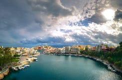 Jeziorny Voulismeni w Agios Nikolaos, malowniczy miasteczko przybrzeżne z kolorowymi budynkami wokoło portu Obrazy Stock