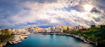 Jeziorny Voulismeni w Agios Nikolaos, malowniczy miasteczko przybrzeżne z kolorowymi budynkami wokoło portu Fotografia Stock
