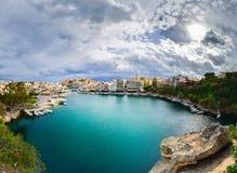 Jeziorny Voulismeni w Agios Nikolaos, malowniczy miasteczko przybrzeżne z kolorowymi budynkami wokoło portu Obraz Stock