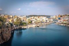 Jeziorny Voulismeni w Agios Nikolaos, malowniczy miasteczko przybrzeżne z kolorowymi budynkami wokoło portu w wschodniej części Zdjęcie Stock