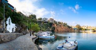 Jeziorny Voulismeni w Agios Nikolaos, malowniczy miasteczko przybrzeżne z kolorowymi budynkami wokoło portu w wschodniej części Obrazy Stock