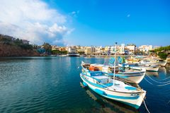 Jeziorny Voulismeni w Agios Nikolaos, malowniczy miasteczko przybrzeżne z kolorowymi budynkami wokoło portu w wschodniej części Zdjęcia Royalty Free