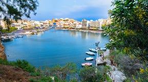 Jeziorny Voulismeni w Agios Nikolaos, malowniczy miasteczko przybrzeżne z kolorowymi budynkami wokoło portu w wschodniej części Fotografia Royalty Free