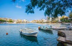 Jeziorny Voulismeni w Agios Nikolaos, malowniczy miasteczko przybrzeżne z kolorowymi budynkami wokoło portu w wschodniej części Obraz Royalty Free