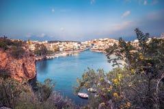 Jeziorny Voulismeni w Agios Nikolaos, malowniczy miasteczko przybrzeżne z kolorowymi budynkami wokoło portu w wschodniej części Zdjęcie Royalty Free