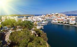 Jeziorny Voulismeni w Agios Nikolaos, malowniczy miasteczko przybrzeżne z kolorowymi budynkami wokoło portu w wschodnim Zdjęcie Stock