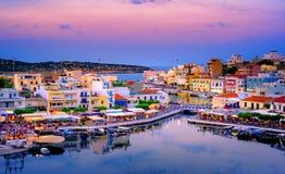Jeziorny Voulismeni w Agios Nikolaos, malowniczy miasteczko przybrzeżne z kolorowymi budynkami Fotografia Stock