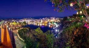 Jeziorny Voulismeni w Agios Nikolaos przy nocą z fullmoon, malowniczy miasteczko przybrzeżne z kolorowymi budynkami wokoło portu Zdjęcie Stock
