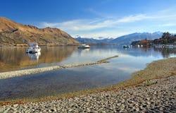 Jeziorny Wanaka podczas suszy, łodzie, Otago Nowa Zelandia Zdjęcia Stock