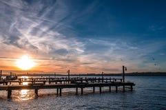 Jeziorny Waszyngtoński zmierzch przy molem w Kirkland obraz stock