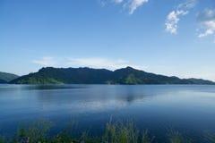 Jeziorny widok górski z niebieskim niebem w Tajlandia obrazy royalty free