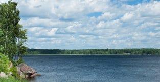 Jeziorny widok na letnim dniu Zdjęcia Stock